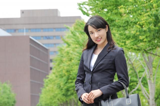 スーツを着た営業のキャリア女性