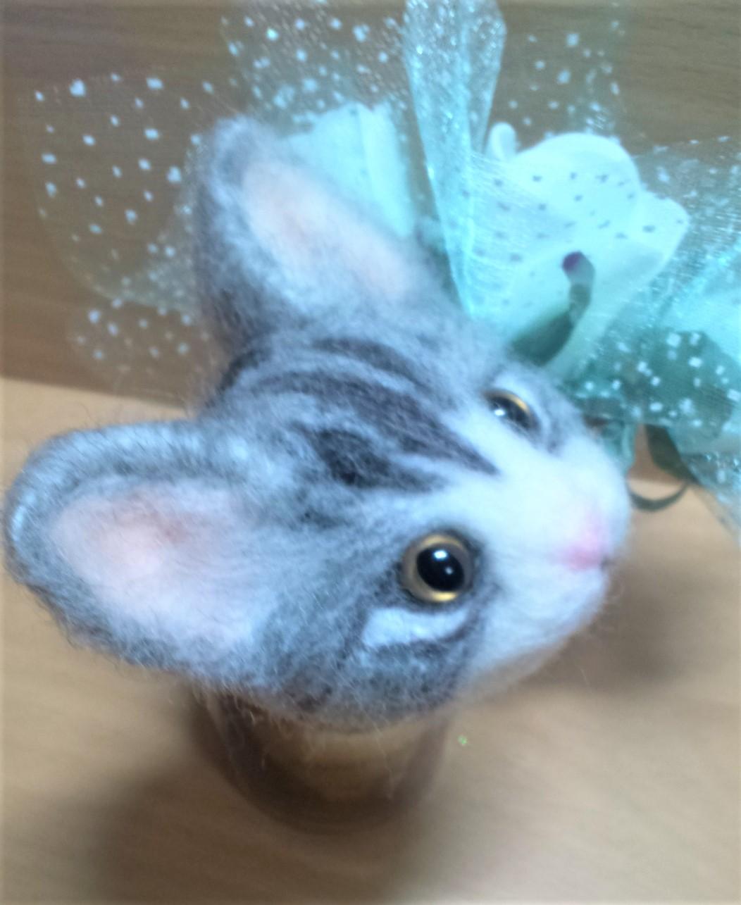 羊毛フェルトネコちゃん-耳の植毛右側
