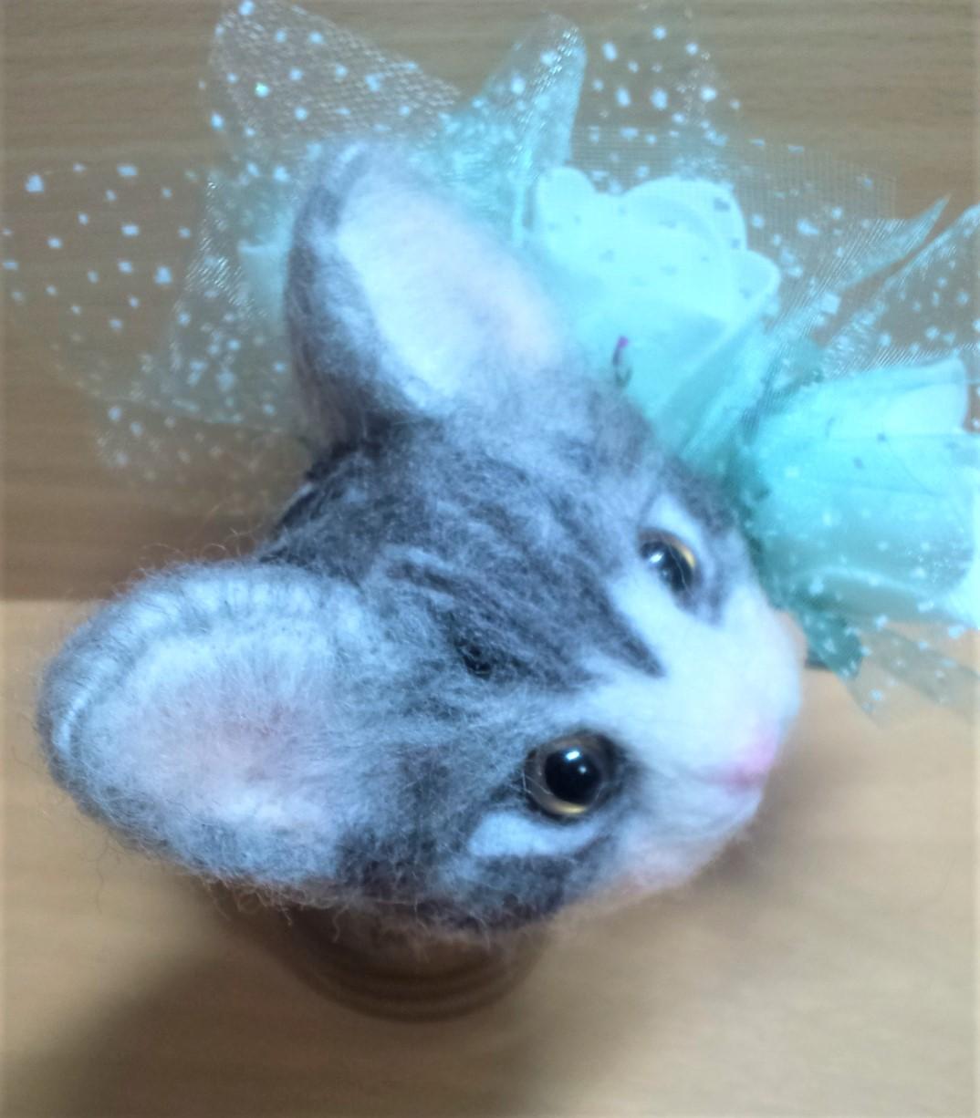 羊毛フェルトネコちゃん-耳の植毛右上